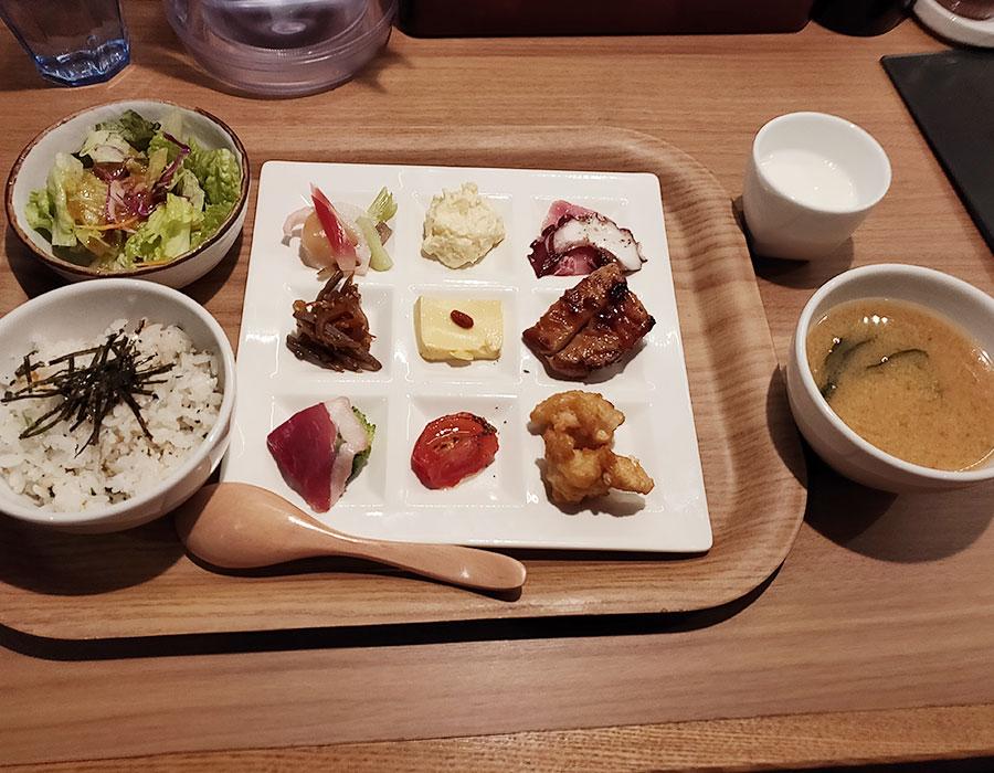 「居酒屋 肉菜 麹町店(ニクサラダ)」で「九菜ランチ(980円)」