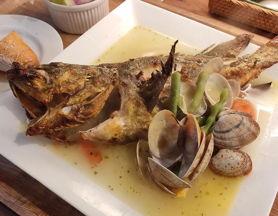 「麹町ビストロ 階段の途中」で「鮮魚のアクアパッツア(1,600円)」のランチ