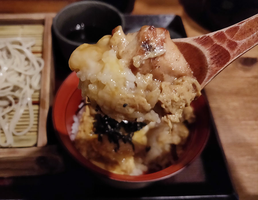 「嵯峨谷 神保町店(さがたに)」で「炭火親子丼セット(650円)」のモーニング