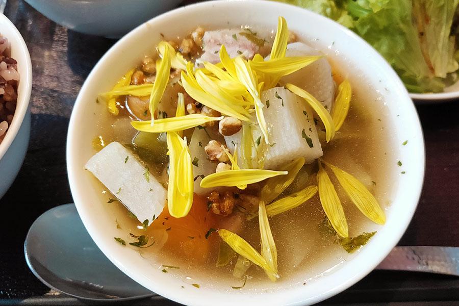 「La Beaute(ラ・ボーテ)」で「薬膳スープ ハーフ&ハーフ(850円)」のランチ[四ツ谷]