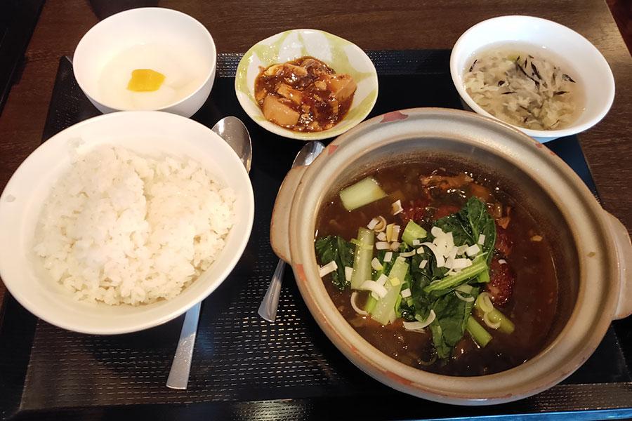 「皇記 四ツ谷店」で「角煮と高菜煮込み定食(900円)」のランチ