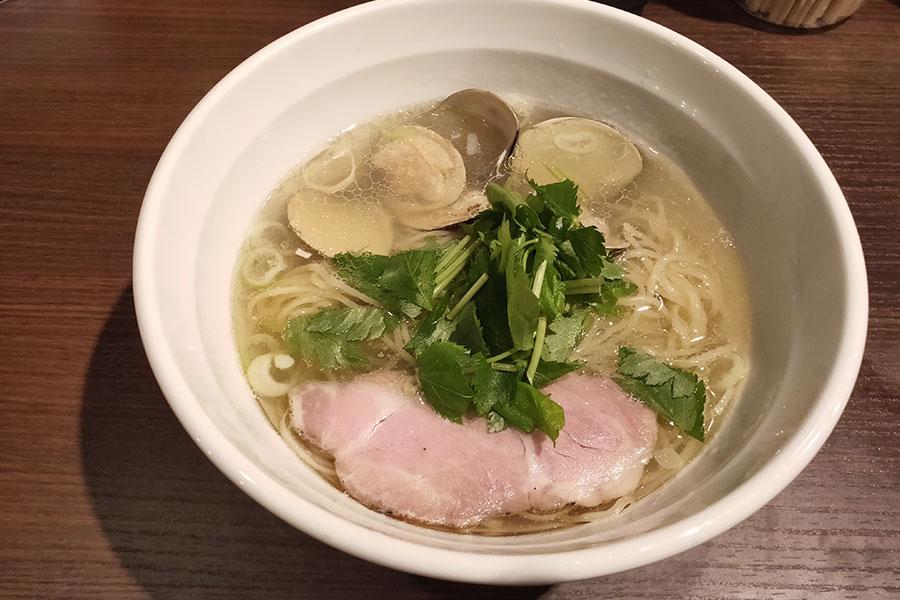 「天雷軒 麹町店」で「はまぐりと煮干しの塩そば(900円)」