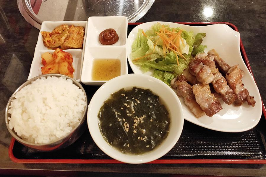 「韓国料理 土房(トバン)」で「サムギョプサル定食(980円)」のランチ