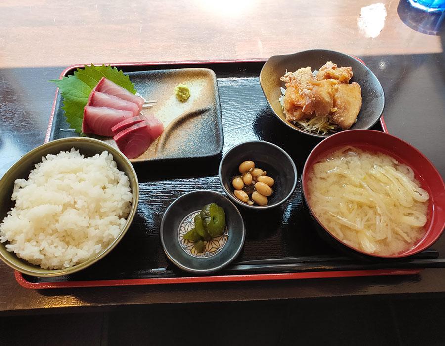 「居酒屋 梵」で「本日のお刺身と鳥唐揚甘酢かけ定食(850円)」のランチ