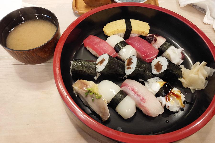 「勤寿司」で「にぎり1.5人前(1,100円)」のランチ