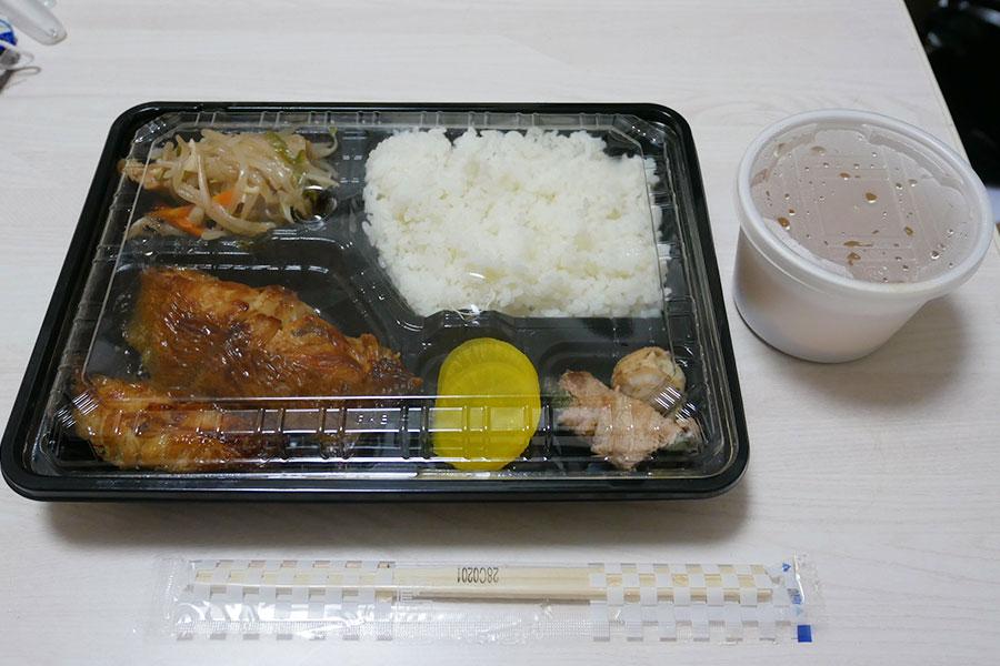 「魚よし」で「かれい照焼弁当(800円)」