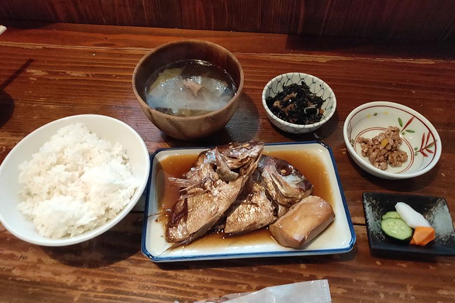 「あて 煮込 肴」で「煮付定食[小鯛](900円)」のランチ