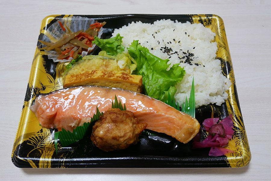 「マルエツ 市ヶ谷見附店」で「厚切り鮭弁当(512円)」