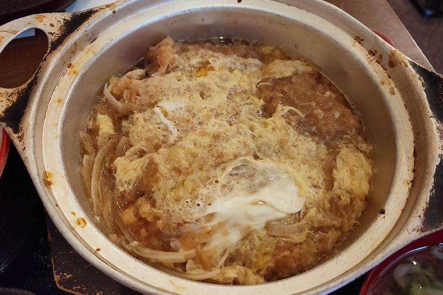 「赤札屋 四谷店」で「豚ロースカツ煮定食(550円)」のランチ
