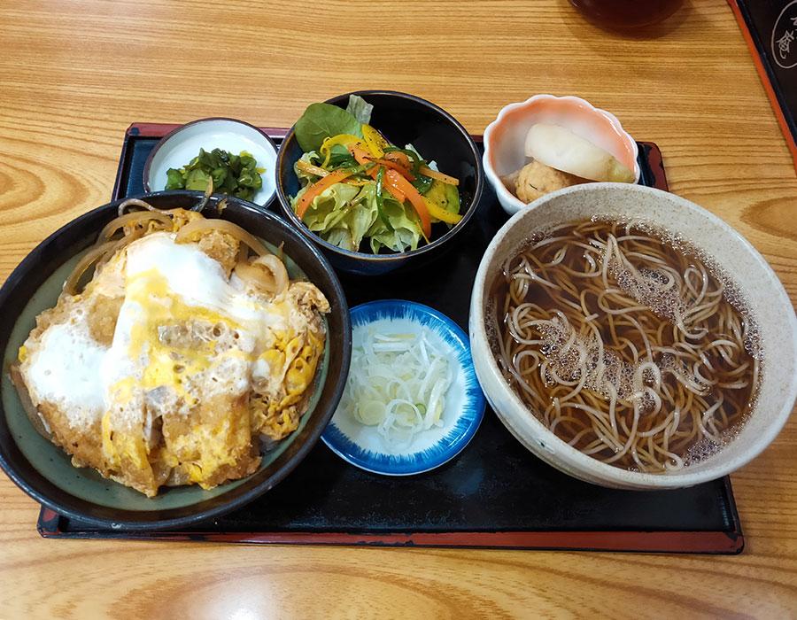 「楓庵」で「カツ丼&かけ蕎麦(1,050)円」のランチ[四ツ谷]