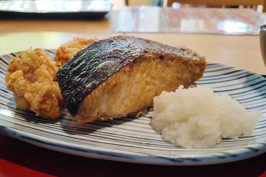 「いしやん」で「焼き魚と唐揚げ定食(900円)」のランチ[四谷三丁目]
