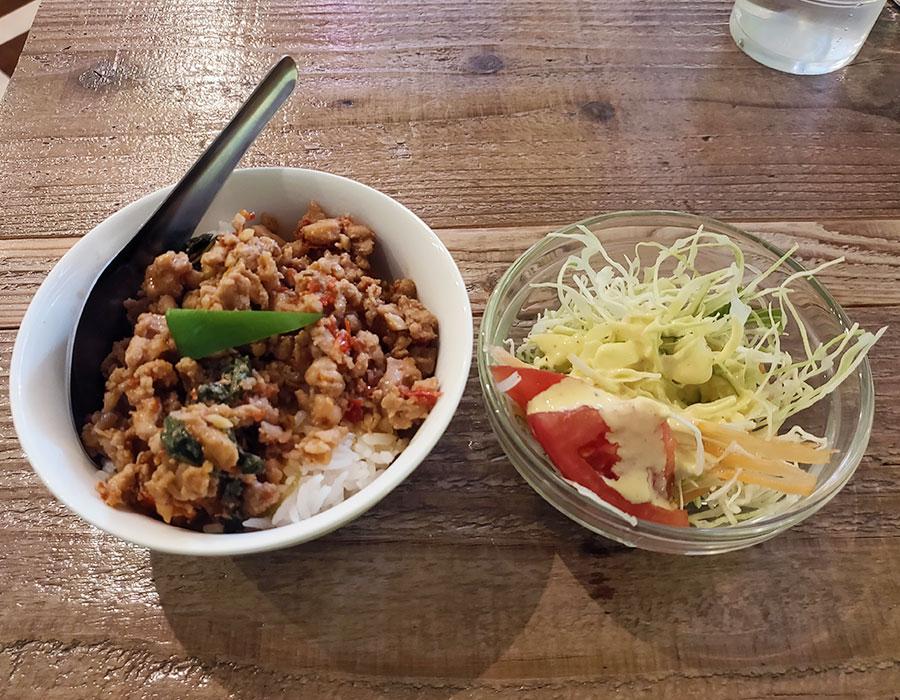 「バンコックポニー食堂 麹町店」で「トムヤムクン米麺+ミニガパオ(900円)」のランチ