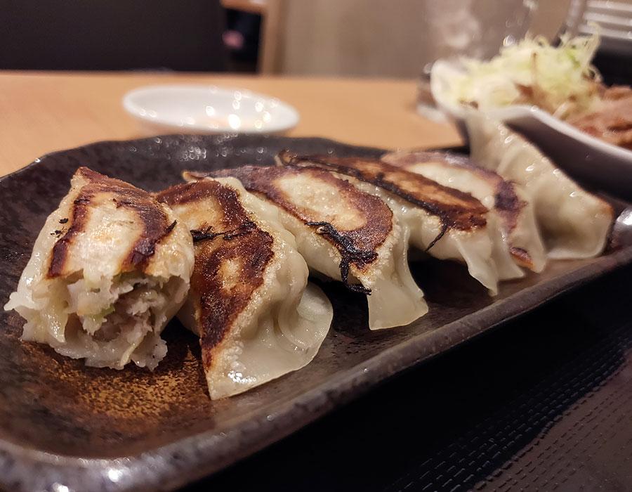「餃子ともつ鍋 雅屋 四谷店」で「餃子+生姜焼き(850円)」のランチ