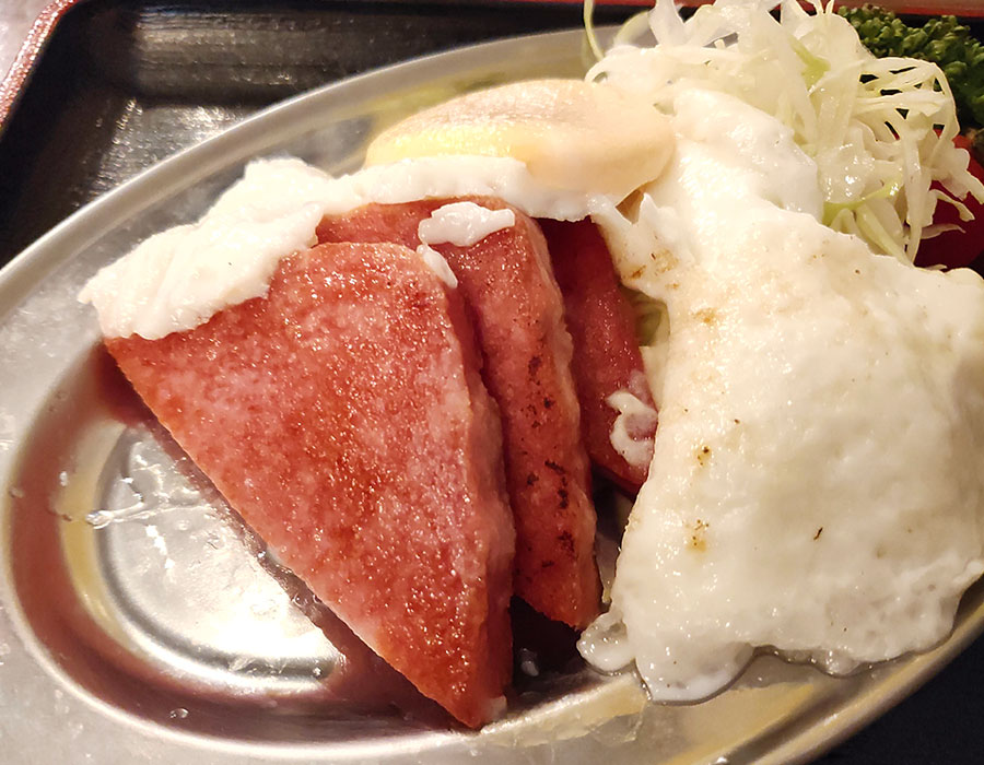 「イチガヤキッチン ワキータ」で「相模ハムソーセージエッグ定食(950円)」のランチ